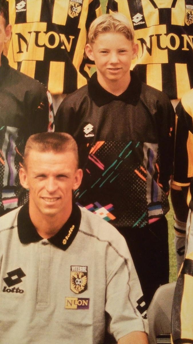 Uit de teamfoto van Vitesse C1 met trainer Edward Sturing.