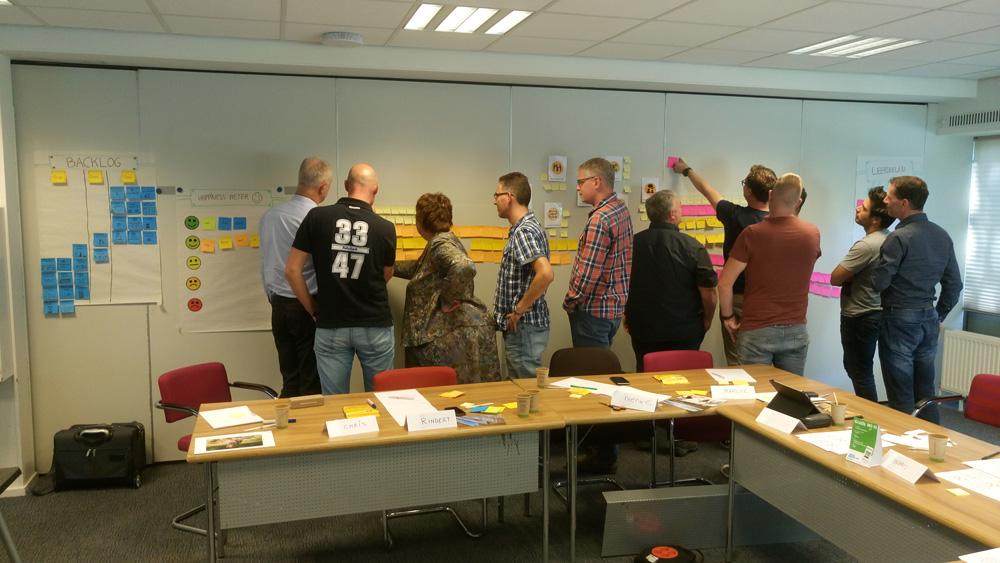 Deelnemers aan de slag tijdens de Agile Scrum Foundation Training.