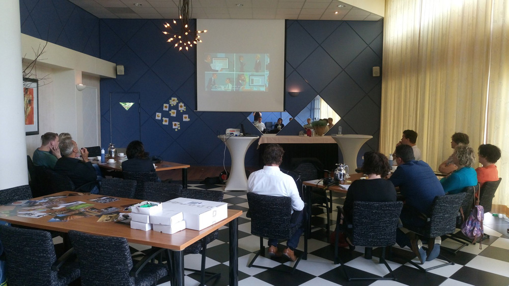 Deelnemers workshop agile scrum kijken een video