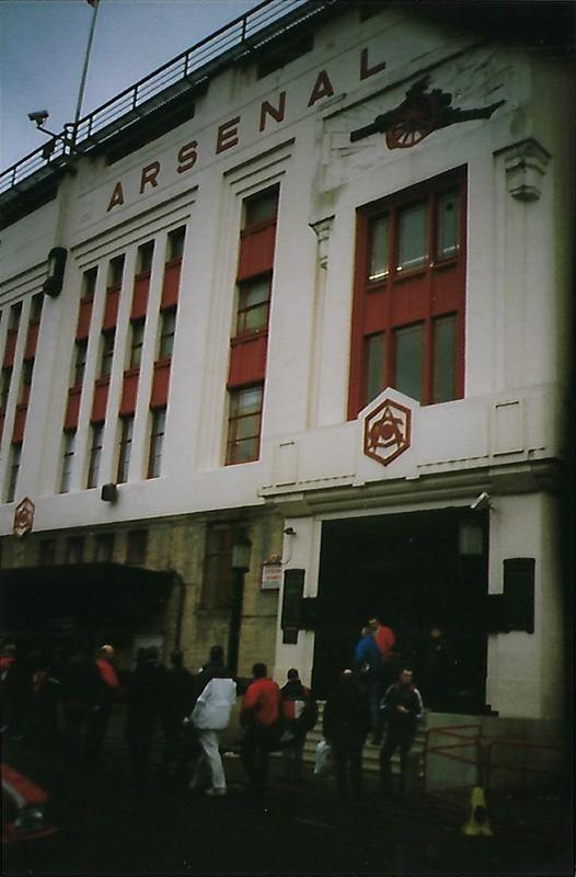 De voorkant van Highbury met kanon uit het logo